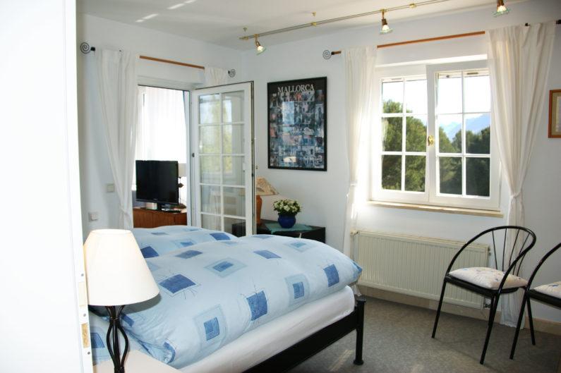 Schlafzimmer mit Verbindung zum Wintergarten / bedroom with passage to the conservatory